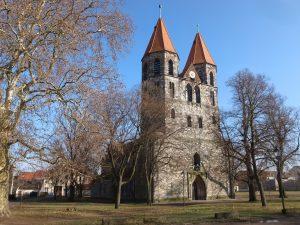 Kerk in aken tussen de bomen