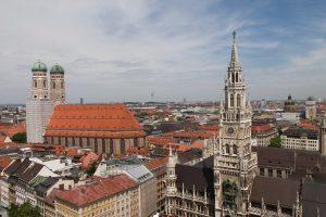 Kerk en skyline in Munchen