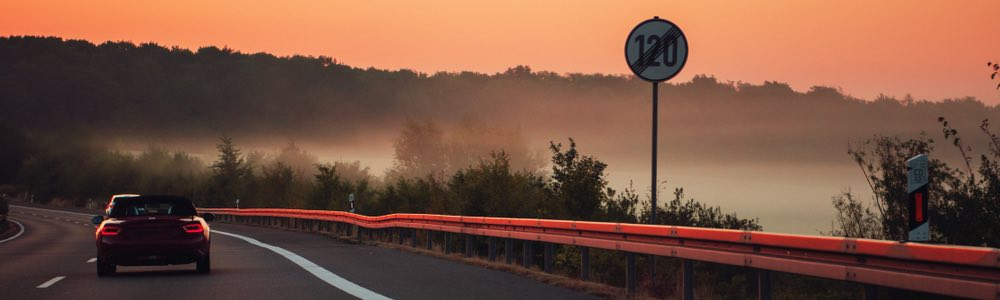 auto op de snelweg bij zonsondergang