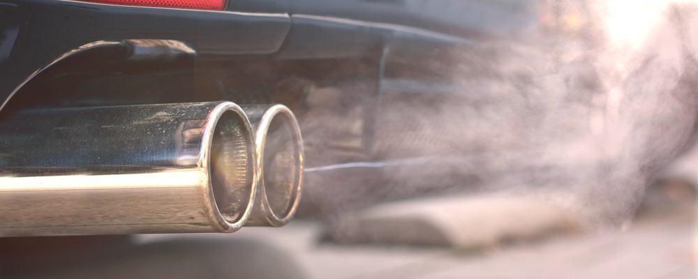 uitlaat en uitlaatgassen van auto